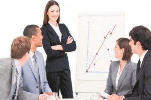 Las que trabajan • El 44.5 % de las mujeres está en el mercado laboral, frente al 74.5 % de los hombres. • Las que más trabajan son las que van de 20 a 39 años, cuyo porcentaje se sitúa en un 69.2 %• El 62 % de las profesionales logran insertarse al mercado laboral, frente al 33 % de las que solo hicieron estudios primarios. • La brecha salarial para las profesionales es de 27.4, pero para las no estudiadas es de 40.2 % • La tasa de participación laboral de las mujeres aumentó de 46.9 % en el 2000 a un 52.2 % en 2015 (Banco Central). Foto:Fuente externa