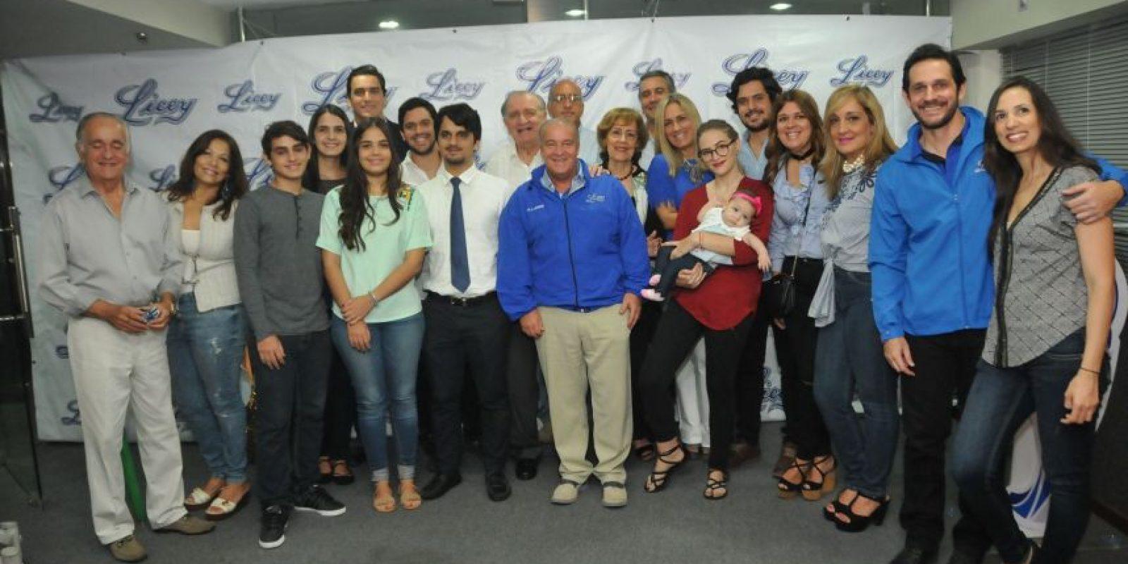 Tomás Troncoso fue acompañado por su familia durante el acto en el que la cabina del Licey fue nombrada en su honor. Foto:Fuente externa