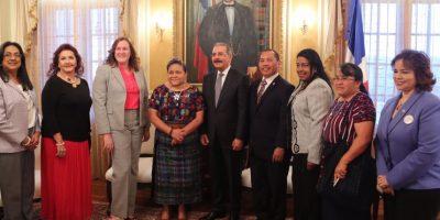 Rigoberta Menchú junto a Danilo Medina Foto:@PresidenciaRD