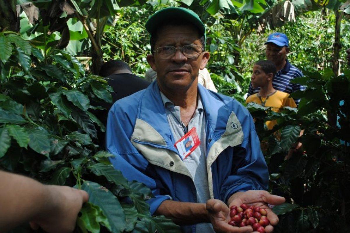 El caficultor Atanacio De Óleo muestra con su café con orgullo. Foto:NB