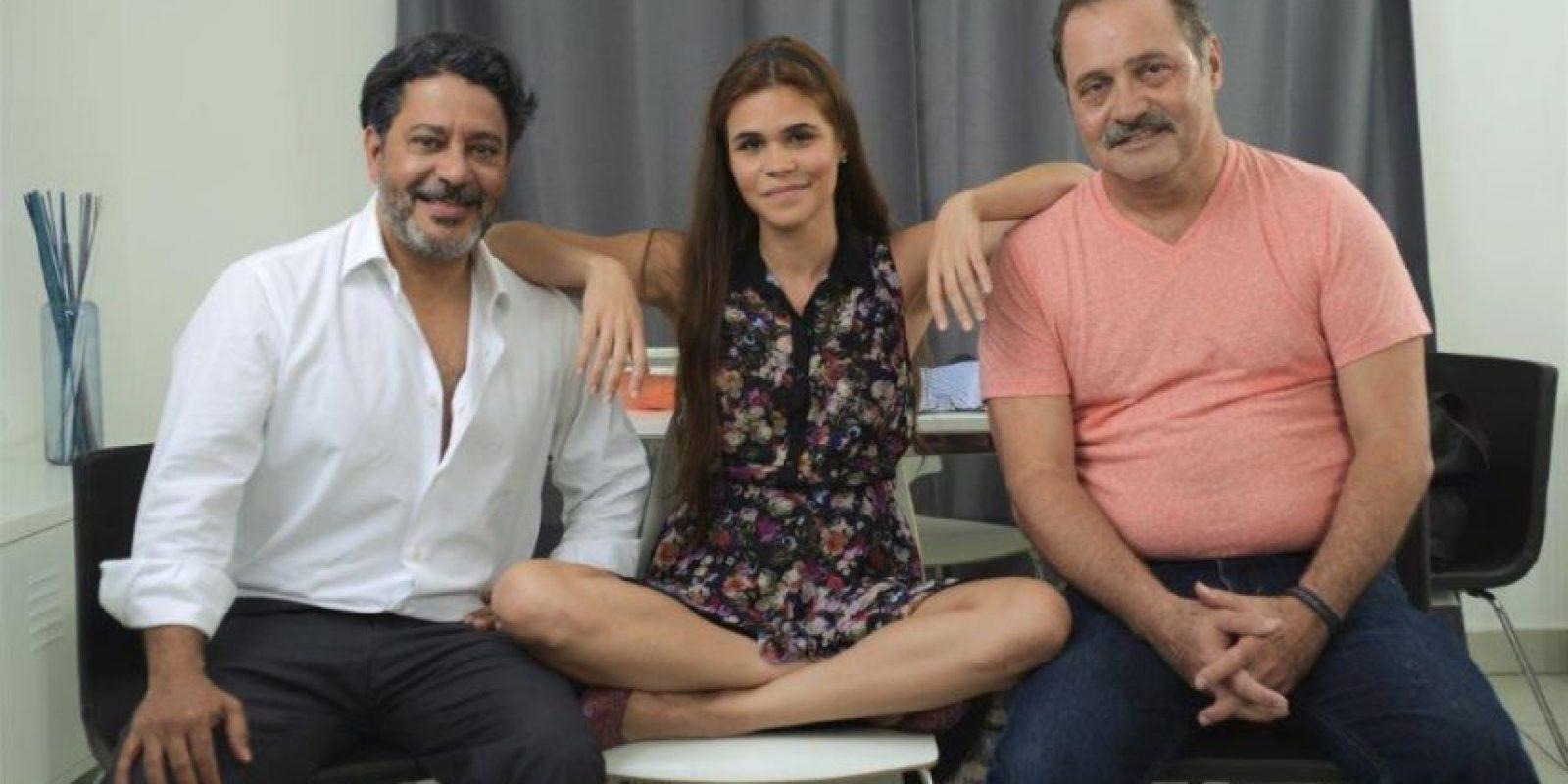 Los actores junto al director Mario Lebrón. Foto:Fuente externa