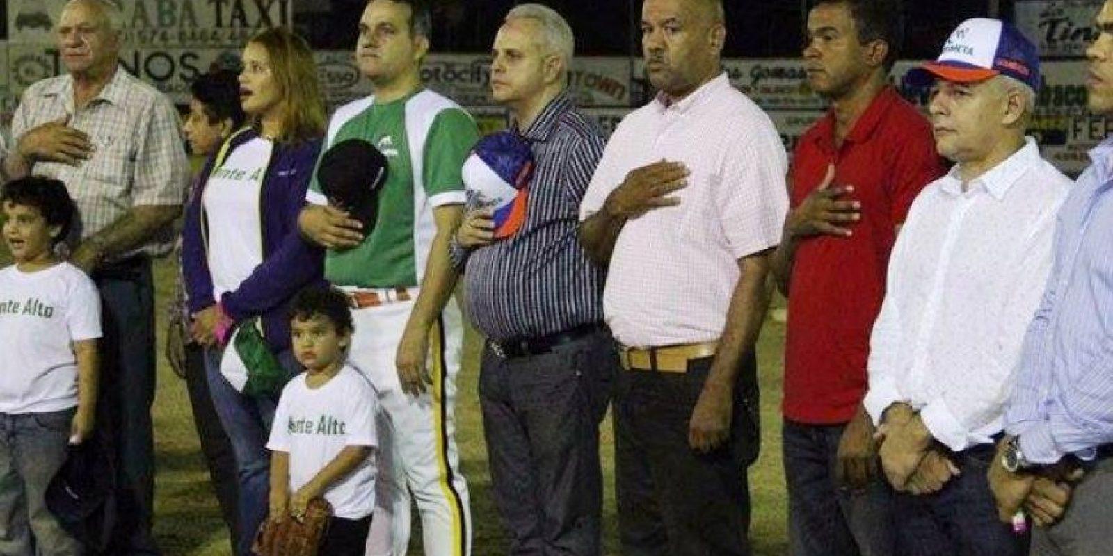 Momento del canto del Himno Nacional, encabezado por los hermanos Ramírez en Jarabacoa. Foto:Fuente externa