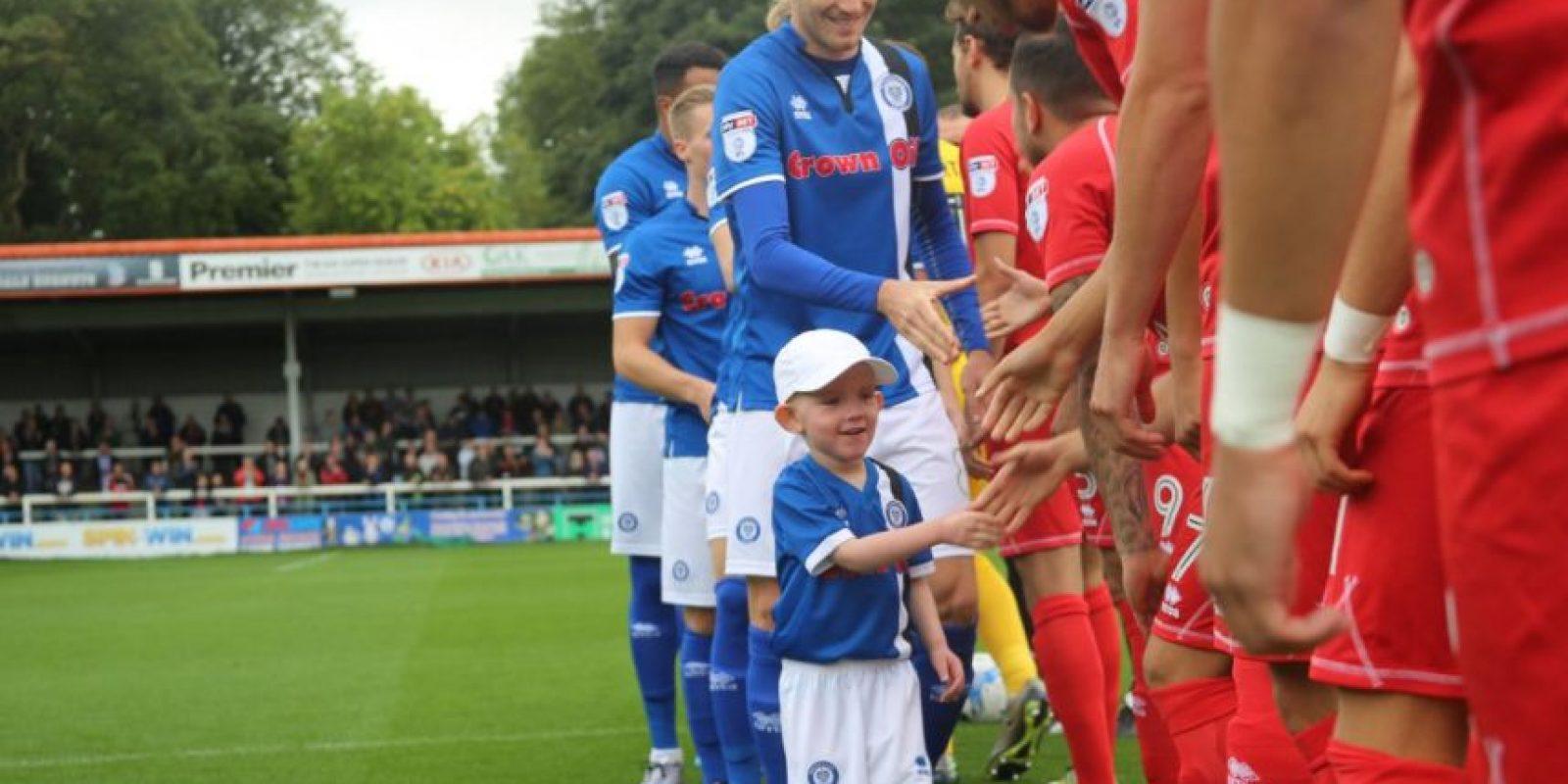 Joshua McCormack es un pequeño niño de cinco años que fue incluido como suplente en Rochdale Foto:Twitter Rochdale