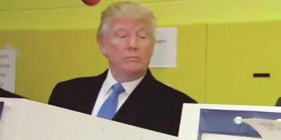 """2- Voto de """"des-confianza"""": Y como todo pasa hasta en las familias más famosas, hay un incidente que ya se hizo viral: el candidato del Partido Republicano emitió su sufragio en un centro de votación en el este de Manhattan, donde se pudo captar una imagen que se volvió muy viral en redes sociales, donde, al parecer, Donald Trump estaba vigilando que su esposa Melania en verdad emitiera su voto por él. Y por supuesto, en Internet se lo criticaron hasta el paroxismo.. Foto:getty"""