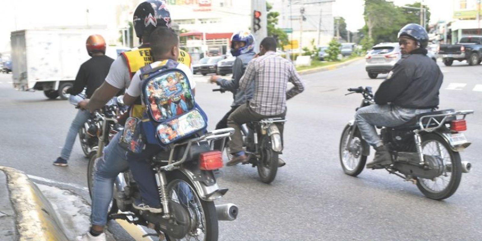 Los motoconchos transitan por las principales vías con más de dos personas y a veces con toda una familia. Foto:Mario de Peña
