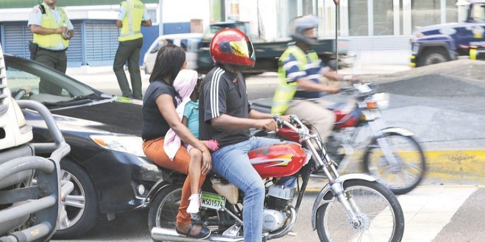 """""""En RD es común ver los niños en la cola de un motor"""", dicen choferes. Foto:Mario de Peña"""