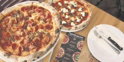 Siete pizzas, un pepperoni ¡Pizzarelli está de estreno! Desde hace unas semanas está impulsando su nuevo pepperoni Premium, más pequeñito, pero cargado de sabor. Para la ocasión, ha creado una serie de pizzas gourmet, disponibles en sus restaurantes Trattoria Pizzarelli. Foto:Fuente exteerna