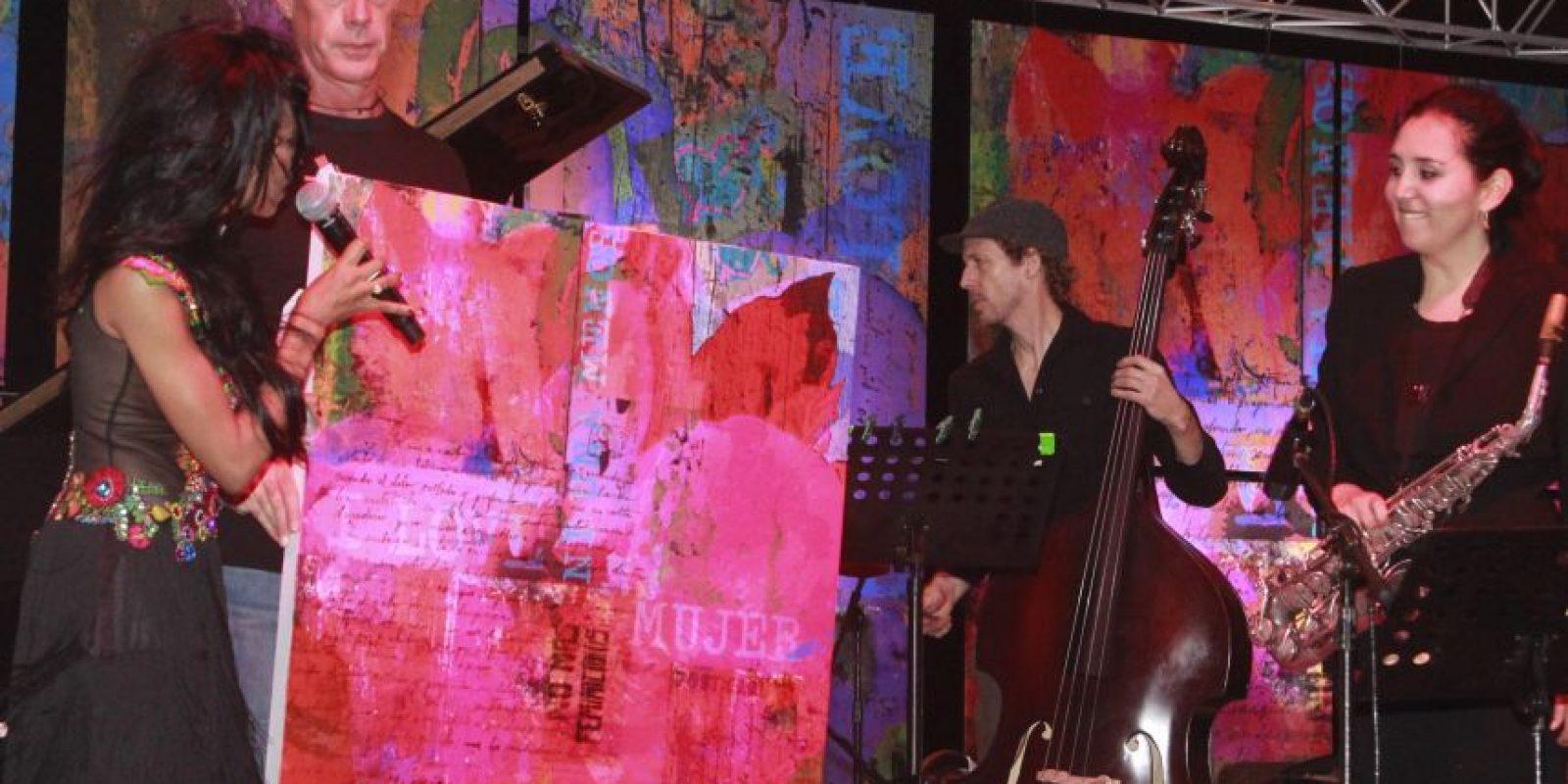 María Elena Gratereaux entrega reconocimiento a Patricia Zarate Foto:Fuente externa
