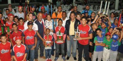 Liga Enrique Cruz arrasa en el torneo béisbol del club Los Prados