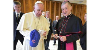 El papa Francisco recibe una gorra de los Cachorros de Chicago