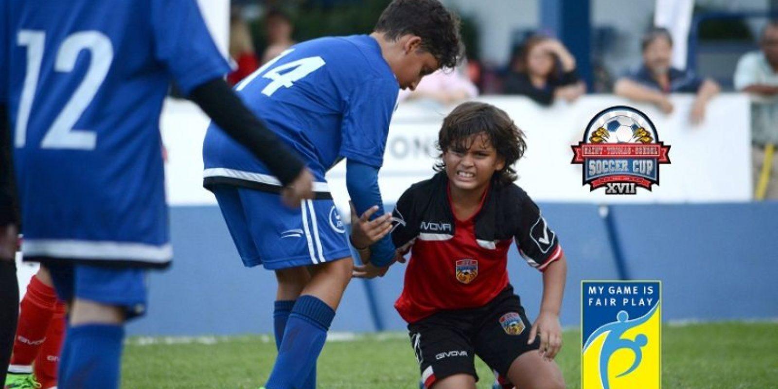 Joaquín Mañón, en el suelo, (Saint Thomas School) es asistido por José Goldar, de ABC School. Foto:Fuente externa