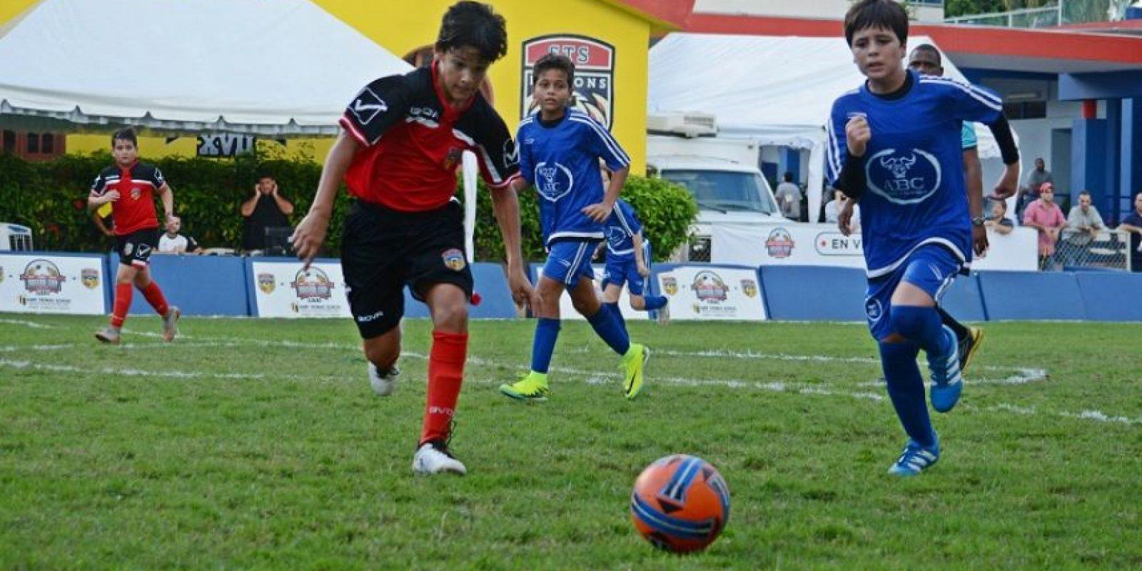 Aryan Pishdadian, ( ABC School) va tras el balón ante la defensa de José Emilio Rosario ( Saint Thomas). Foto:Fuente externa
