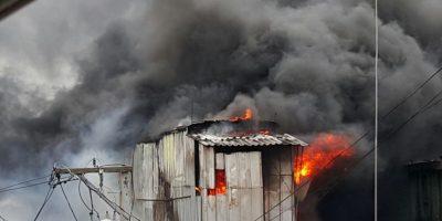 Incendio afecta viviendas en San Carlos