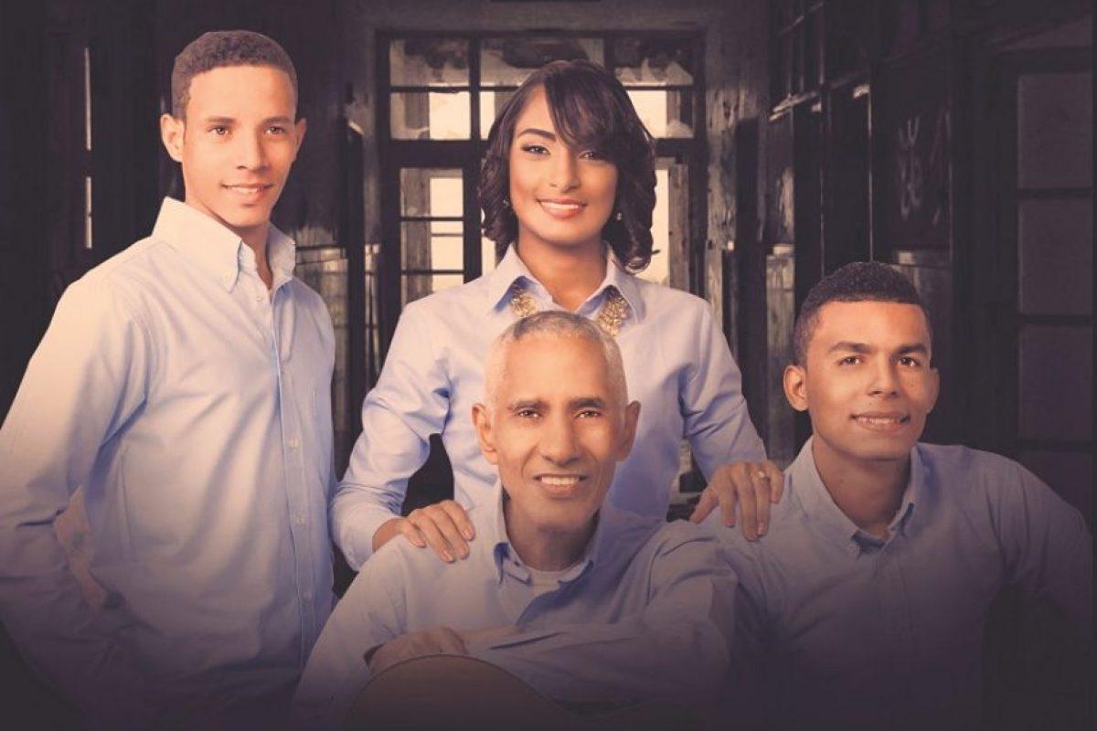 Hirany Jiménez , Bernardo Martínez, Ángel Díaz y Ricky Salcedo (manejador) junto a los vocalistas de Fuente Q. La agrupación la componen nueve músicos. Foto:Fuente externa
