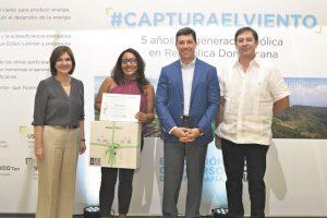 Ginny Taulé, Marcelo Aicardi y Edgar Pichardo entregan el premio a Ginna Ozuna,ganadora del primer lugar en la categoría profesional. Foto:Mario de Peña