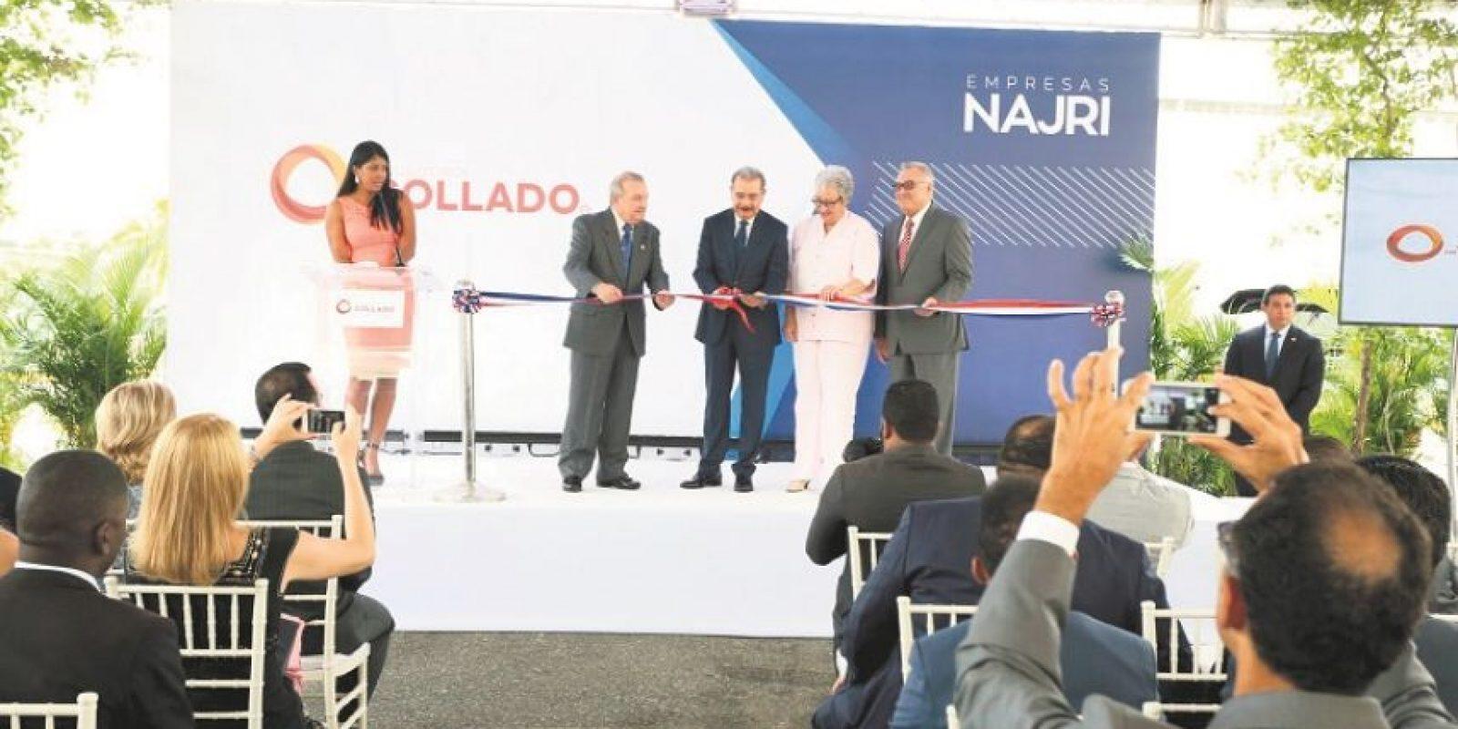El presidente Danilo Medina corta la cinta inaugural de esta nueva planta. Le acompañan José Antonio y Marcial Najri junto a la ministra de Salud, Altagracia Guzmán Marcelino. Foto:Fuente externa