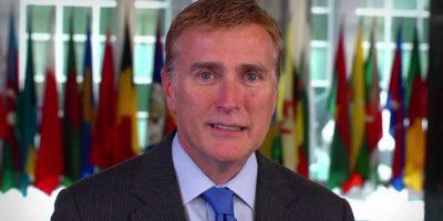 Embajador Brewster anuncia su renuncia