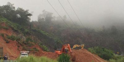 Brigadas de Obras Públicas trabajan para restablecer el paso Foto:@MOPCRD.