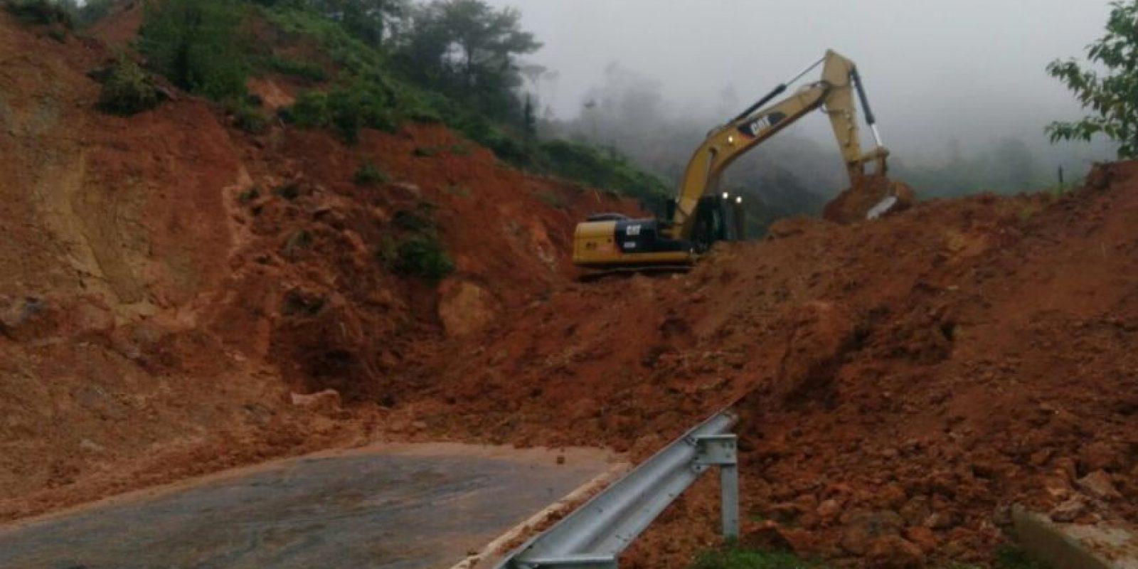 Brigadas de Obras Públicas trabajan para restablecer el paso Foto:@CoMiPolRD