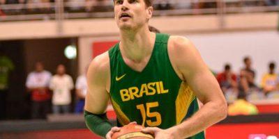 Splitter apoya suspensión al baloncesto de Brasil