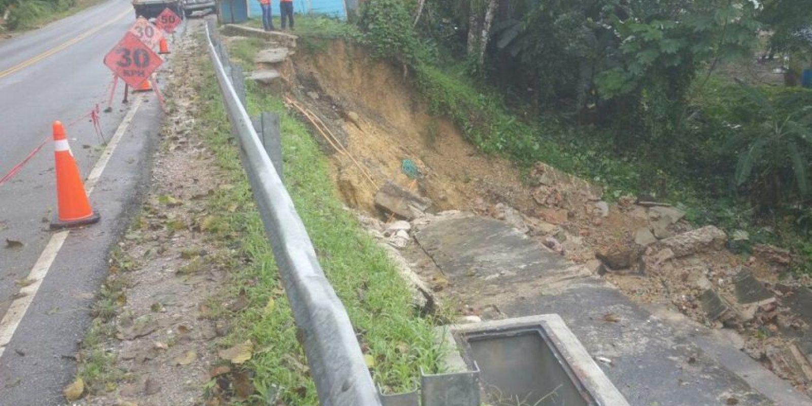 Deslizamiento de tierra en la carretera de Samaná Foto:@CoMiPolRD