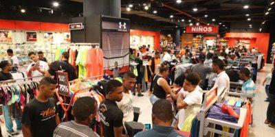 Dominicanos abarrotan comercios por ofertas del Viernes Negro