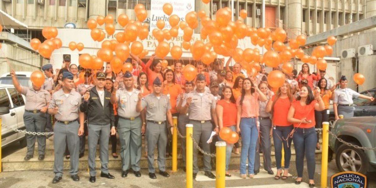 Agentes policiales lanzan globos en campaña de no violencia contra la mujer