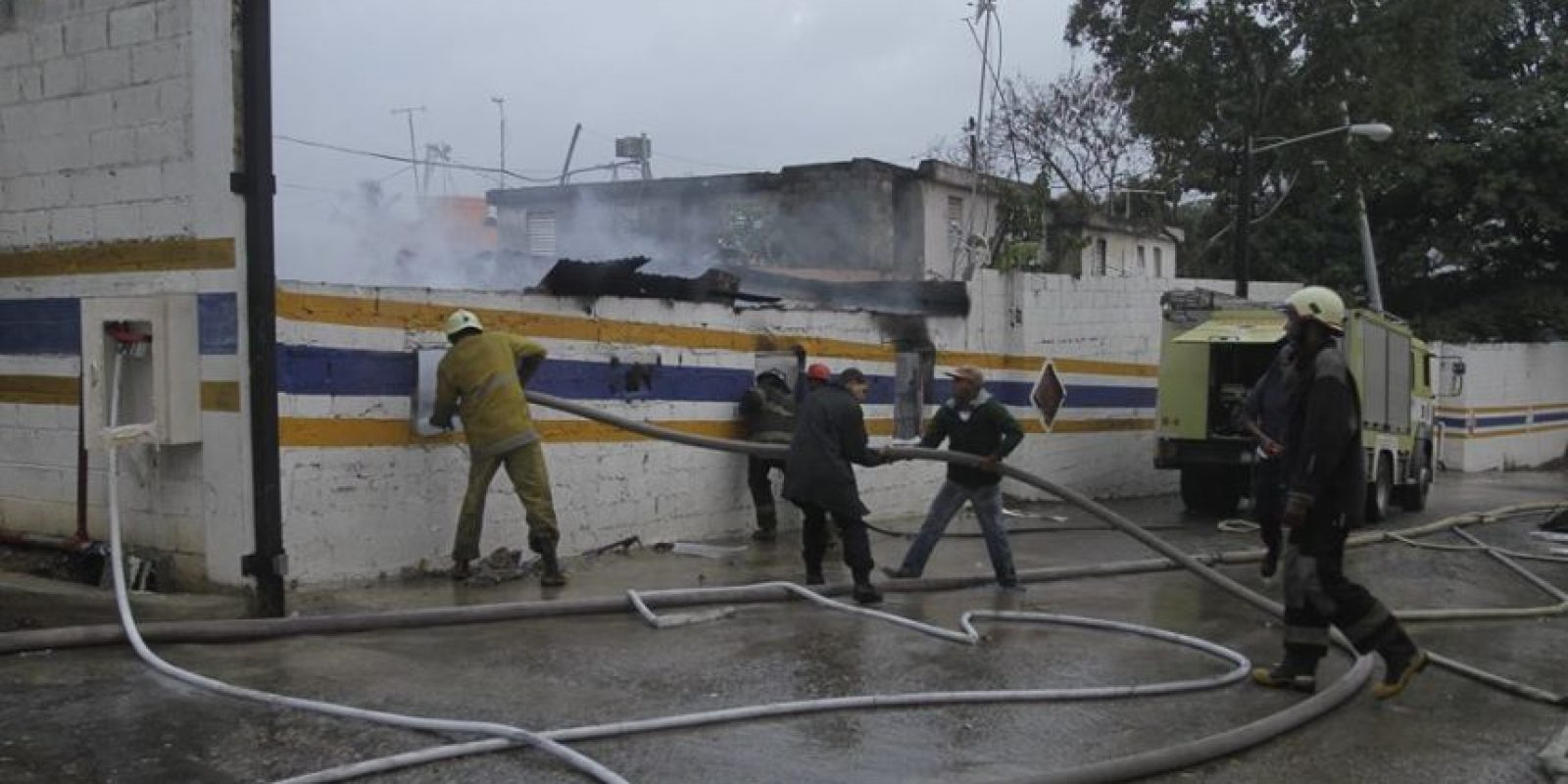 Bomberos tratando de sofocar las llamas Foto:Roberto Guzmán