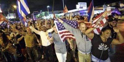 Un grupo de cubanos celebra hoy, sábado 26 de noviembre de 2016, en las calles de Miami (EE.UU.), tras el fallecimiento en la Habana del líder cubano Fidel Castro a sus 90 años de edad. Foto:EFE/Cristobal Herrera