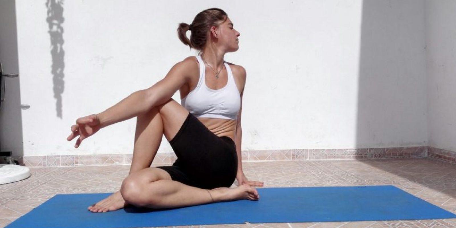 El señor de los peces. Preparación: No sentamos, con la espalda derecha,colocando la planta del pie derecho sobre la ingle. La pierna izquierda la pasamos por encima de la derecha y doblamos el torso colocando el codo derecho por la partede afuera de la pierna izquierda. La mano izquierda la colocamos detrás de nosotros y miramos sobre el hombro izquierdo. Mantenemos la posición por unos 15 segundos y cambiamos de lado. Beneficios: Estimula los riñones Estira los hombros, las caderas y el cuello Le da energía a la columna vertebral Terapeutico para el asma y lainfertilidad Estimula la digestión Precauciones: Si tienes problemas en la columna oen la espalda, solo realice este ejercicio con ayuda de un profesor experimentado. Foto:Roberto Guzmán