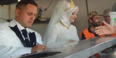 1- Una pareja turca renunció a su banquete de bodas y destinó el dinero que correspondía a alimentar a esos invitados, para darles de comer a unos 4,000 refugiados sirios que residen en la ciudad de Kilis, en el sur del país. Un amor lejos del egoísmo y cerca de la bondad. Foto:Fuente externa