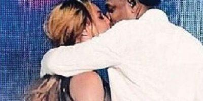 2- Aunque es común ver a las parejas besándose, este entre Beyoncé y Jay Z, luego de culminar la actuación que realizaron a dúo en los BET Awards 2014, tiene su valor extra porque ambos compartieron la foto en sus respectivas cuentas de Instagram. Un amor dulce, que no guarda rencor, que le corre al orgullo. Foto:Fuente externa