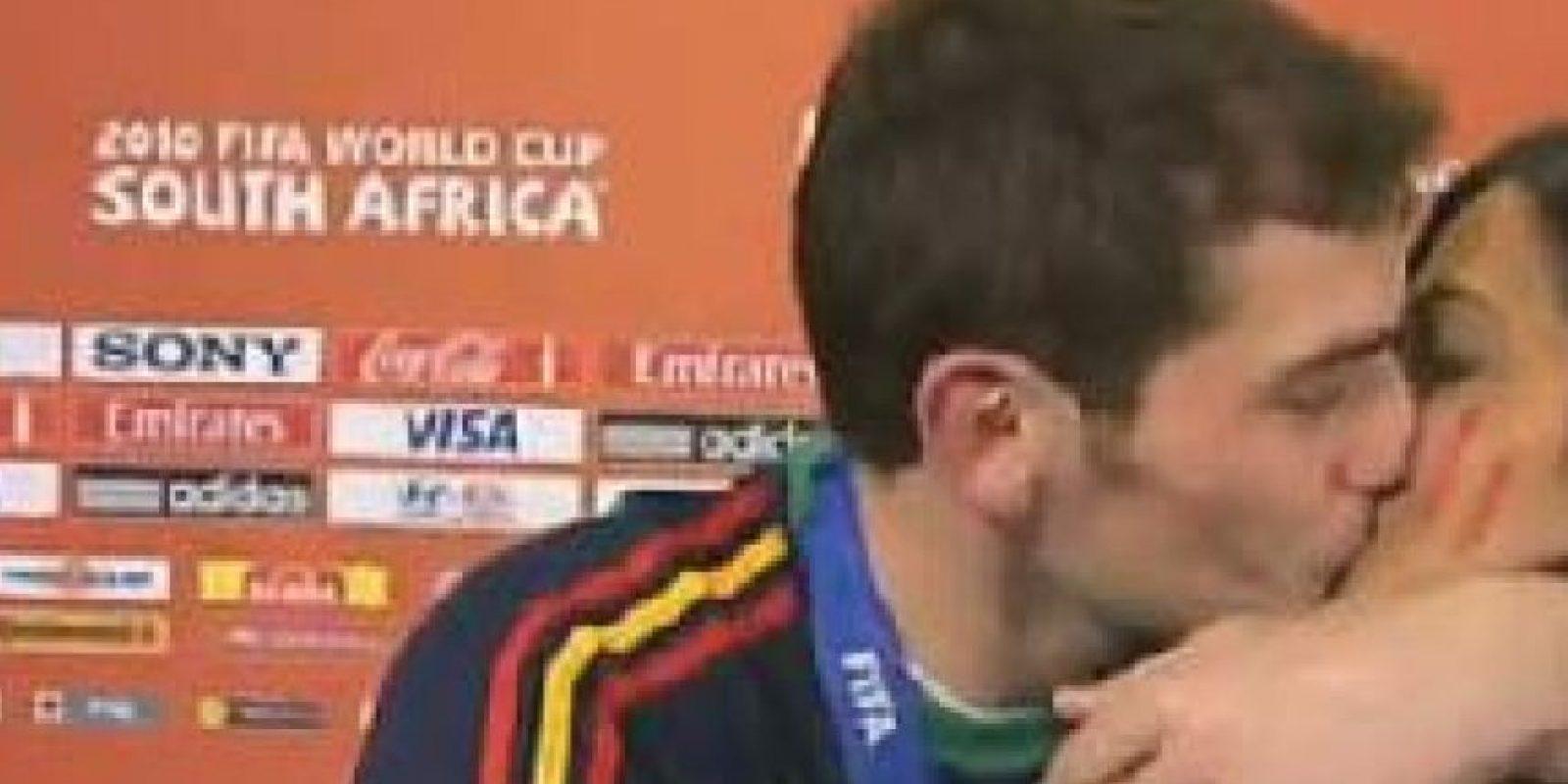 3- Este gesto fue muy jocoso. Iker Casillas besa a su pareja Sara Carbonero, en medio de una entrevista que le estaba realizando la conductora al atleta, por haber logrado una gran victoria. Ella quiso manejar el encuentro muy profesional, pero el capitán del Real Madrid no pudo contener su alegría y dejó esta imagen para el recuerdo. ¡El video está en Youtube! Foto:Fuente externa