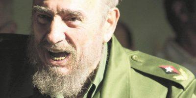 Su eterno traje militar de color verde oliva y su espesa barba. Castro ha sido histórica y mundialmente conocido por su particular y poco variada forma de vestir. Durante sus más de 40 años de gobierno casi siempre llevó un uniforme militar de color verde oliva, que también se convirtió en un ícono del régimen cubano y que ha sido retomado por su hermano Raúl, actual Presidente de Cuba. Aunque más recientemente se solía ver a Castro llevando ropa deportiva en vez de vestido militar, la barba espesa aún lo acompañaba desde sus días de guerrilla. Foto:CREATIVE COMMONS | GETTY
