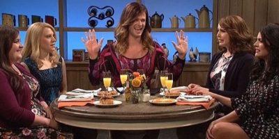 En el sketch, Chris interpreta a Claire, quien se reúne con sus amigas para hablar de los chicos más guapos de Hollywood. Foto:NBC