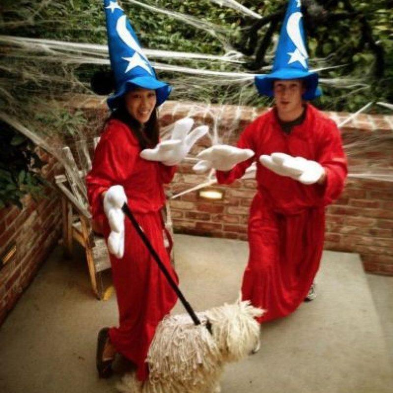 La pareja vestida de magos junto a su perro Beast. Foto:facebook.com/zuck