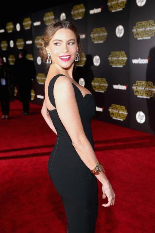 Sofía Vergara presumió sus curvas con un entallado vestido midi negro. Foto:Getty Images