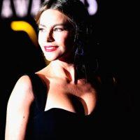 El escote de su vestido también generó comentarios. Foto:Getty Images