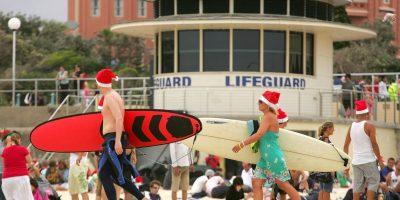 Decenas de Santa Claus rompen récord mundial surfeando