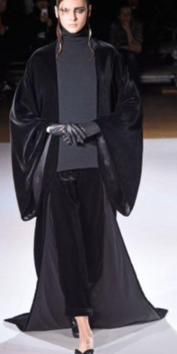 Yohji Yamomoto recreó el atuendo de Darth Vader con su sello característico: colores primarios, siluetas sobrepuestas y maximalistas. Foto:vía Getty Images