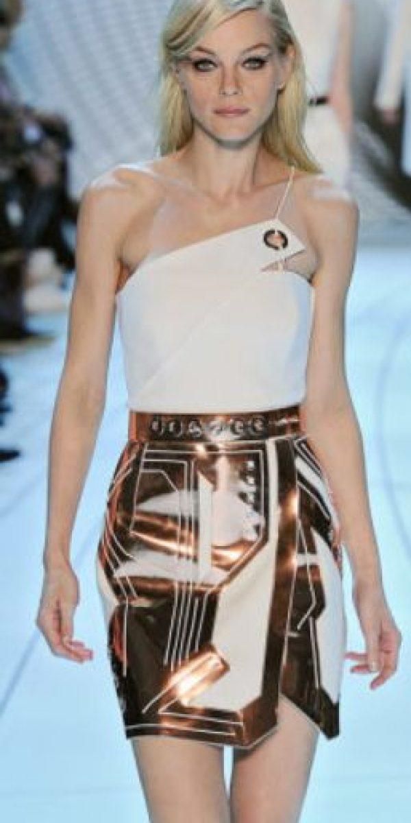 Thierry Mugler define, de nuevo, la silueta femenina de forma arquitectónica basada en el droide C3PO. Foto:vía Getty Images