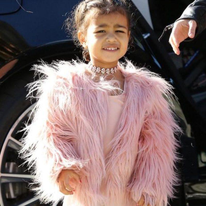 La primogénita de la socialité y Kanye West lució un tutú de ballet, sus clásicas zapatillas y un abrigo, todo de color rosa. Foto:Grosby Group