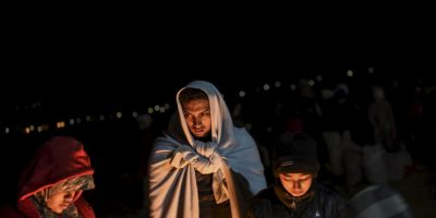 Migrantes y refugiados esperan para entrar a un campamento en la frontera de Grecia y Macedonia. Foto:AFP