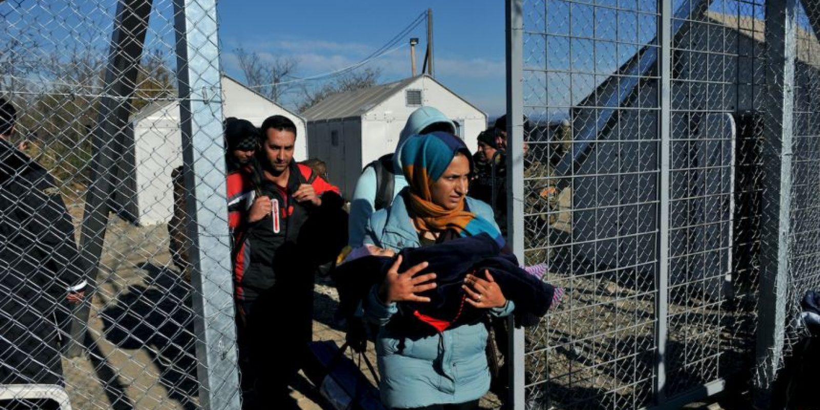Los migrantes y refugiados que no tienen permiso para cruzar la frontera entre Grecia y Macedonia son escoltados por la policía de nuevo a la parte griega de la frontera. Foto:AFP