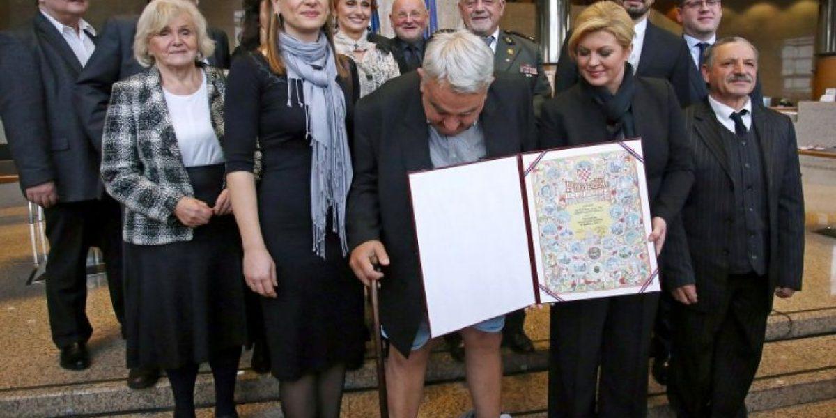Qué vergüenza: Se le caen los pantalones cuando la presidenta lo condecoraba