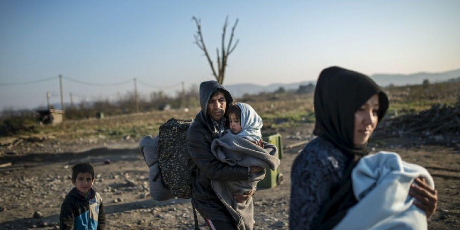 Familia de migrantes en la frontera de Grecia y Macedonia. Foto:AFP