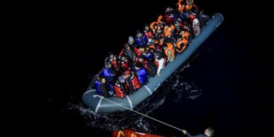 Guardia Costera de Turquía arrastra bote con migrantes sirios en la isla griega Chios. Foto:AFP