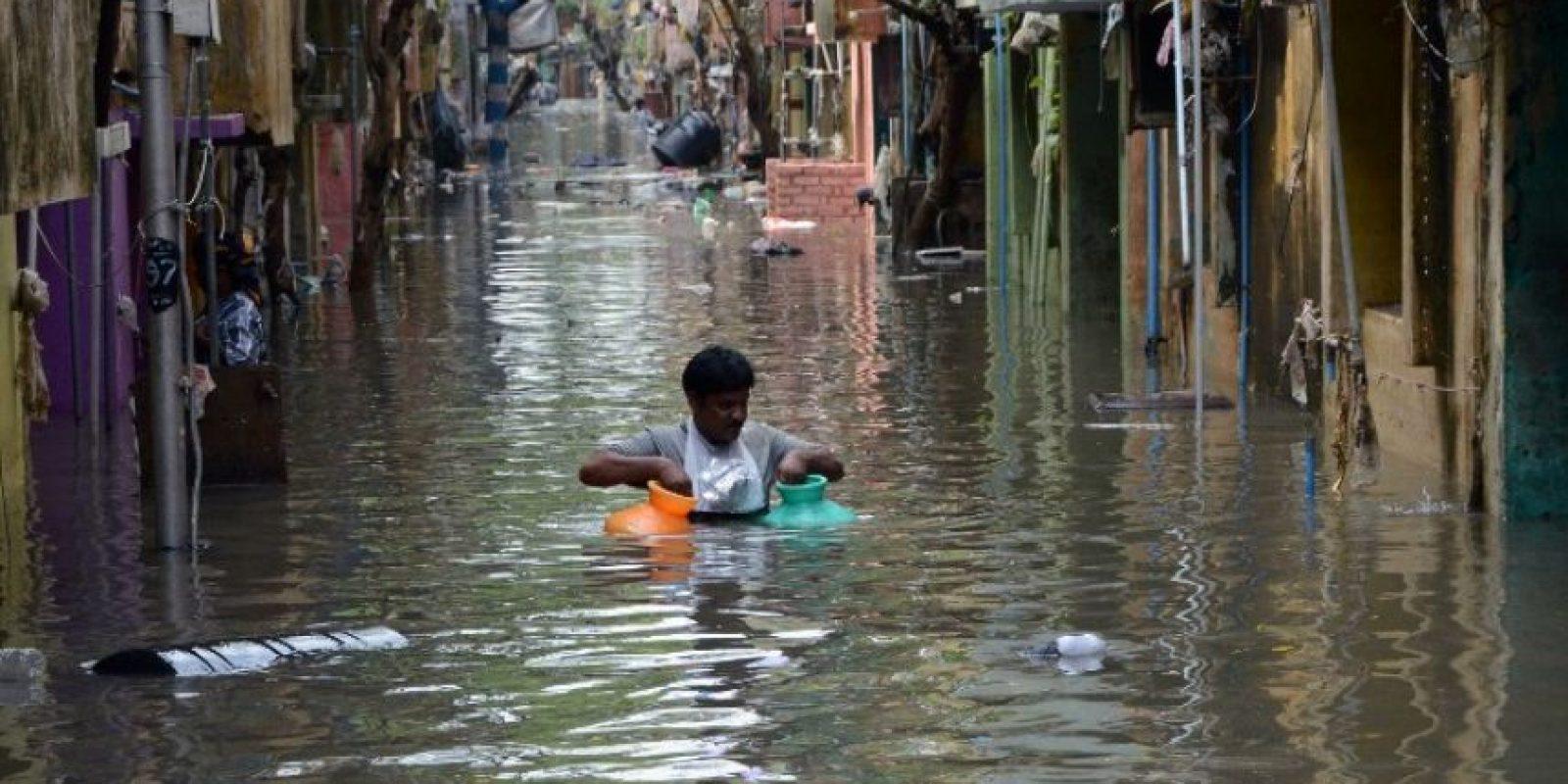 La gente como puede se traslada para escapar de la mala situación. Foto:AFP