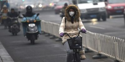 Otra de las medidas tomadas fue suspender la circulación de la mitad de los vehículos Foto:AFP