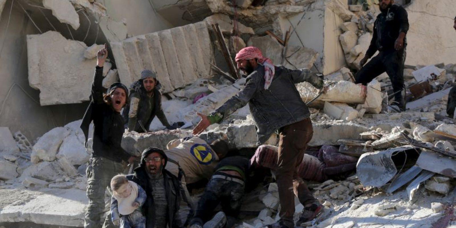 Civiles realizan labores de rescate tras un ataque aéreo en Siria. Foto:AFP